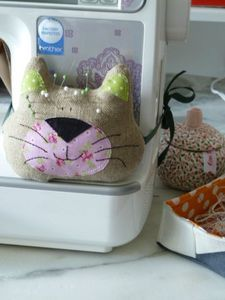 This cat face wouldn't be too hard to make for a pin cushion swap...and is sooo cute, especially if the recipient is a cat lover... Hmmm, think I could do a dog face, too!