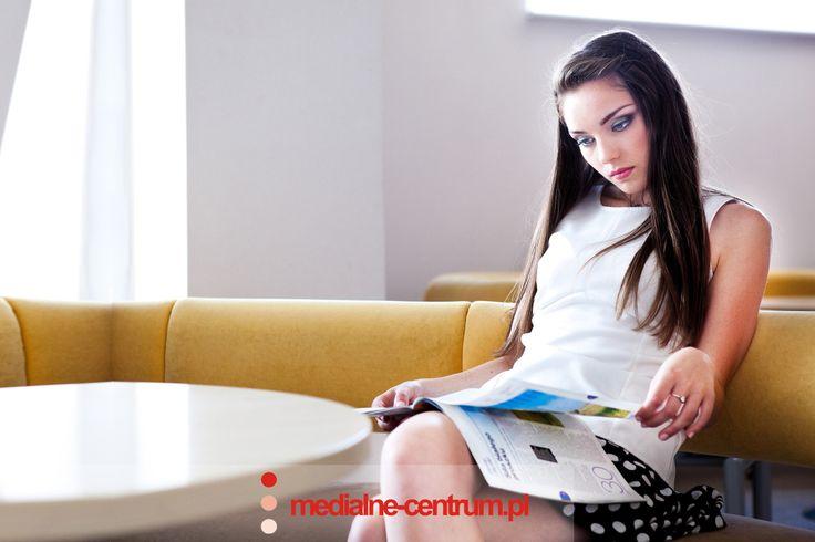 dziewczyna czyta gazetę, magazyn, biuro, poczekalnia, modelka, young attractive female model reads a paper