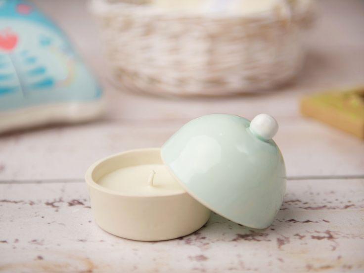 Vasul de ceramică Delicate Cupcake este despre frumusețea ce poate ieși din mâinile unui ceramist. Lucrat de unul dintre artiștii din spatele brandului Hand Made My Love, Ioana Budeș, cupcake-ul este pregătit și modelat manual, colorat şi glazurat la cuptor – aproape că ai zice că-i gata de mâncat. Ca să îți aducă și mai multă bună dispoziție, în interior este o lumânare naturală din ceară de soia, lucrată şi turnată manual în atelierul Mimozen.