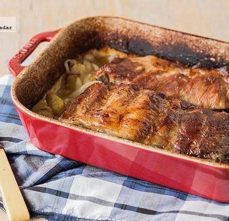 Costillar de cerdo asado con cebolla y patatas.Me gusta y es fàcil.