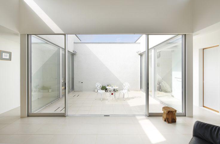 目黒区の中庭とビルトインガレージのある平屋のデザイン住宅の作品事例です。構造はRC鉄筋コンクリート造で高い天井と中庭からの光がとても開放的です。