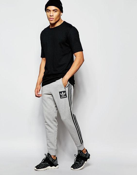 Athleisure, Visual Esportivo. Macho Moda - Blog de Moda Masculina: Roupa de Homem: 5 Tendências Masculinas que continuam para 2017. Camiseta Lisa Preta, Calça de Moletom Adidas, Adidas Tubular.