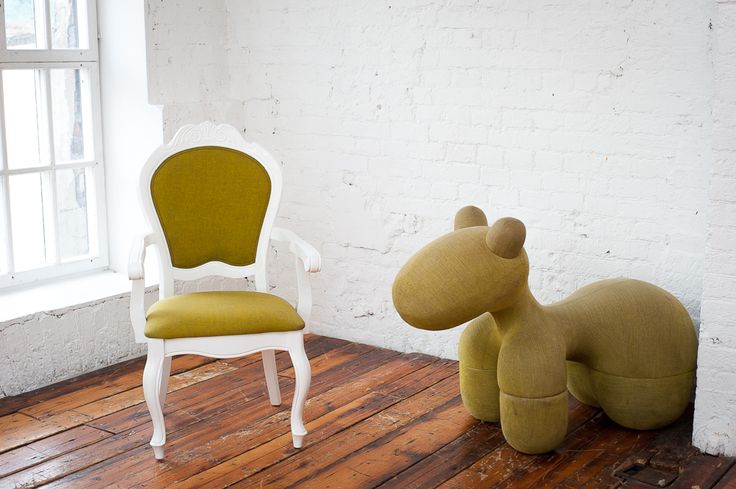 Мода устала от синтетических материалов. Дизайнеры мебельных коллекций 2014-2015 гг., конечно, все еще увлекаются пластиком и полимерами, однако дерево постепенно отвоевывает лидирующие позиции. В гостиные, спальни, кабинеты, салоны и рестораны возвращаются деревянные столы и стулья.