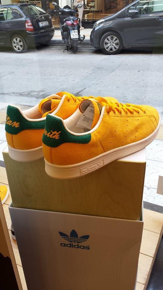 > Το Adidas StanSmith μας παρουσιάστηκε το 1964 και έτεινε να γίνει το πρώτο δερμάτινο παπούτσι στην ιστορία του τένις , όπου αργότερα το 1971 θα έφερνε και την υπογραφή του επαγγελματία τενίστα Smith. Η αρχική του εικόνα, λευκό/πράσινο μεσουρανεί ακόμα στα σαλόνια του στυλ, αλλά πάντα οι διάφορες χρωματικές εναλλαγές μας αφήνουν άφωνους, όπως αυτό το μοντέλο που μας συστήθηκε με κύριο χρώμα το κίτρινο και με λεπτομέρειες στο πράσινο χρώμα.