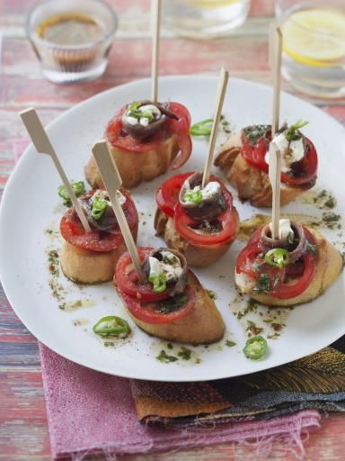 poivre, vinaigre de vin, pain, tomate, anchois, vinaigre balsamique, huile d'olive, jus de citron, ail, crème fraîche épaisse, sel