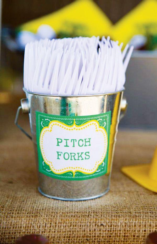 Pon los cubiertos de plástico en un pequeño cubo de metal, con una etiqueta especial / Put the plastic cutlery in a small bucket with a printed label