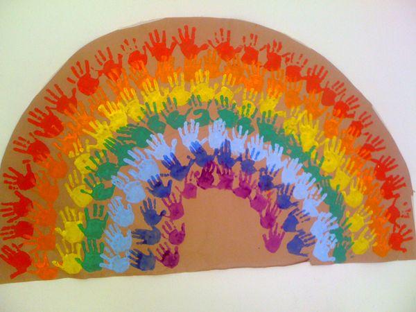 Se necesitan muchas manos y ganas para hacer un arco iris con manos, queda divino y es un buen trabajo en equipo.