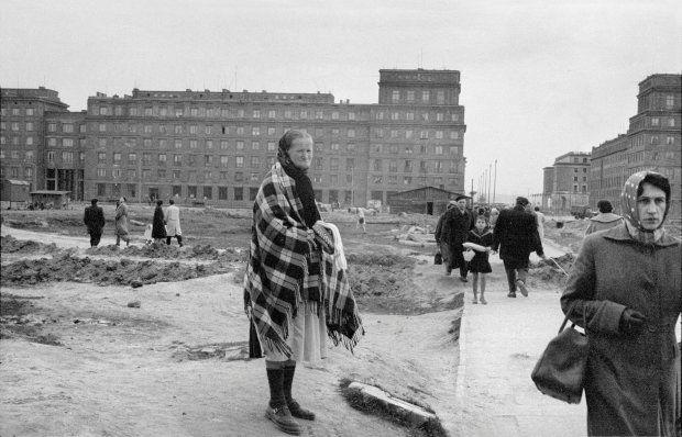 Nowa Huta 1959. Aleja Przyjaźni, w kierunku Placu Centralnego. Fot. Archiwum Geralda Howsona.