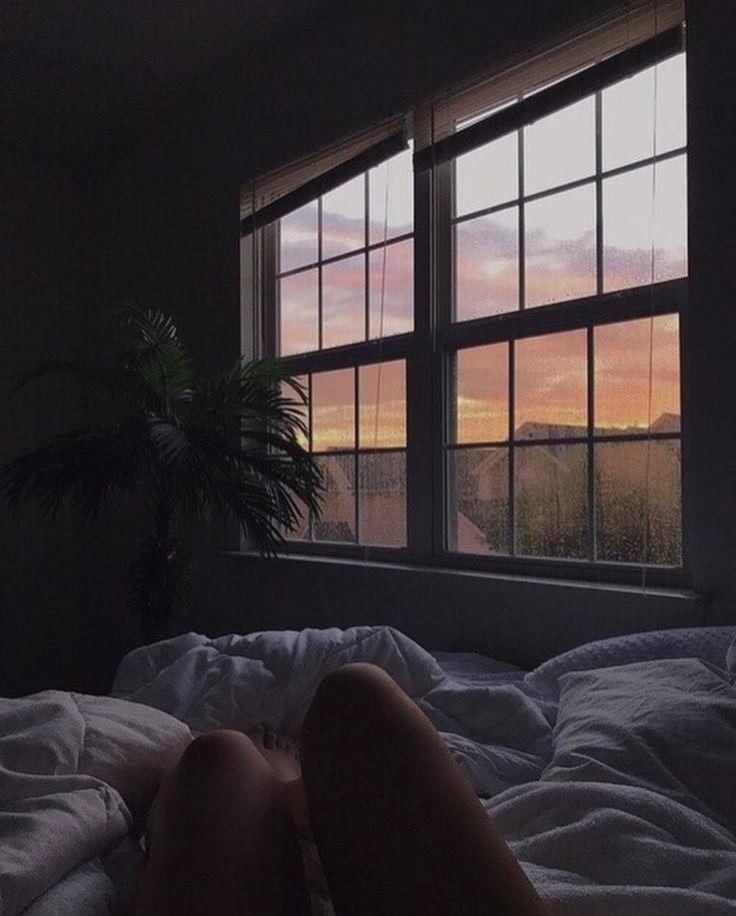 отдых, картинка кровати возле окна с дождем второй город