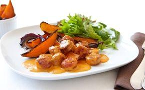 Kryddig korv i gräddig sås serverad med ugnsstekt sötpotatis. Sötpotatisen är en avlägsen släkting till potatis, men används på samma sätt och smakar sött.