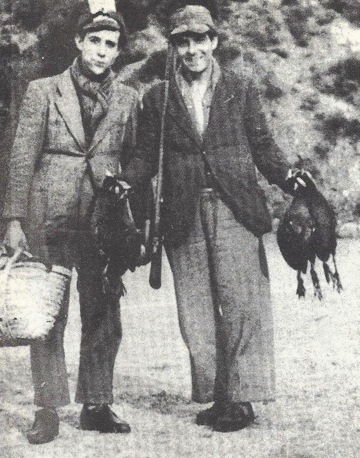 """Massarosa - Due cacciatori al ritorno di una tela alle folaghe nel 1947 - Foto tratta da """"Come eravamo-Lucca"""" - Ed. Il Tirreno"""
