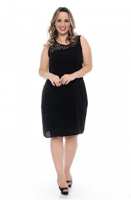 6c2780eb0c Vestido plus size curto de festa confeccionado em crepe preto. Modelagem  soltinha. Sem manga