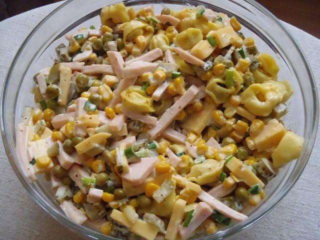 Sałatka z tortellini, serem żółtym i szynką