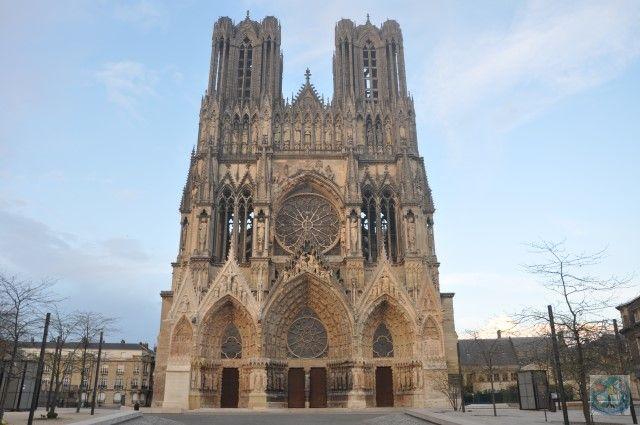 Numele Notre Dame e cunoscut în Franța și mai departe în afara granițelor ei. Dar nu e doar o catedrală în Paris. Aici e Notre Dame de Reims. Luați legătura cu noi pentru o vizită