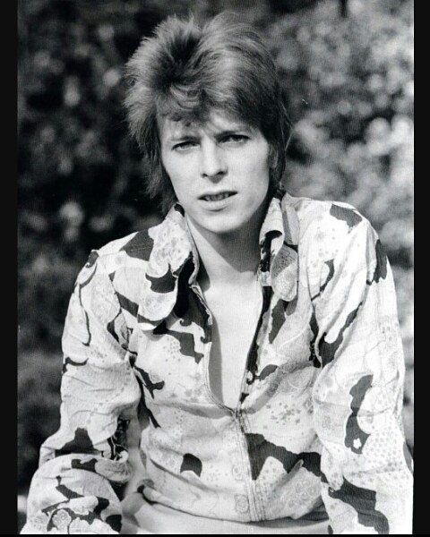 BOWIE WAS LOOKING FOR A NEW IMAGE..and local hairstylist Suzi Fussey was summoned to Haddon HALL to try and remedy the request...BOWIE found a photo of a woman in a magazine with short red hair...sticking up on the top...there were few products to achieve this at the time...so Bowie's hair being too soft...sort of flopped to one side...✨⚡ HAVE A WONDERFUL SUNDAY EVERYONE!! #davidrobertjones  #davidbowie #ziggystardust #suzifussey #suzironsen #rockhistory #rockicon #glamrock #rocklegends