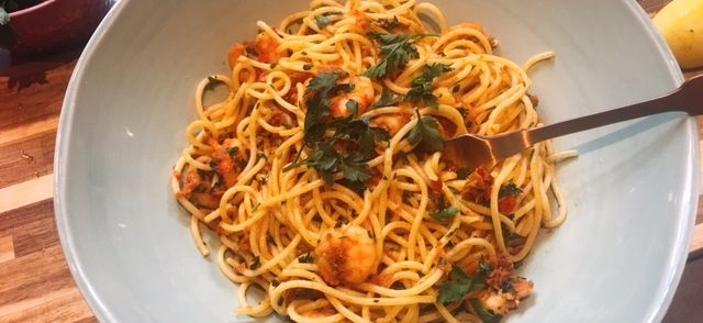 Spaghetti Met Gamba's, Peterselie En Zongedroogde Tomaten Tapenadde recept   Smulweb.nl