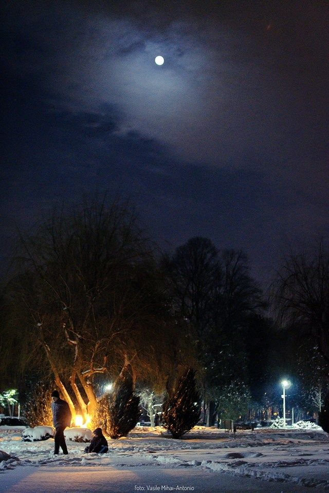 Peisaj de Iarna, si o luna plina ascunsa printre nori :)  Parcul Bazilescu, București Foto Vasile Mihai-Antonio  #romamiaazi #romania #iarna #moon #peisaj