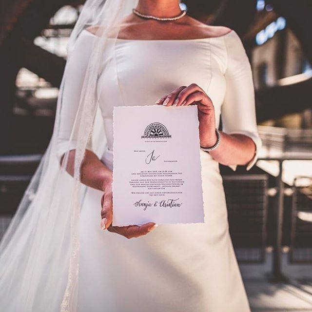 Papeterie Eine Hochzeit Die Eure Handschrift Tragt Papeterie Die Sich Wie Ein Roter Faden Durch Euren Tag Zieht Eheversprechen White Dress Fashion Dresses