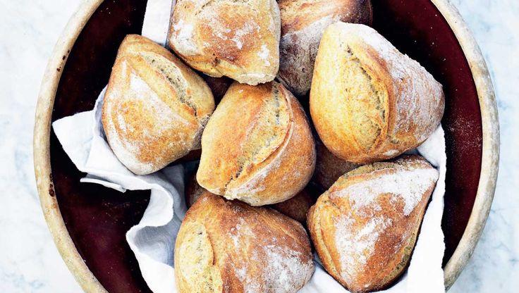 Ølandshvede er blevet populært hos mange bagere, fordi den simpelthen bare smager godt! Dejen skal hæve på køl natten over og giver de lækreste gourmetboller. Få opskriften på koldhævede ølandsboller her