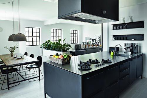 Deze moderne keuken is van ontwerper Morten Bo Larsen. Hij woont in een prachtige industrieel appartement die hij vaak als testcentrum gebruikt voor alle producten die hij heeft ontworpen. Het eerste wat meteen opvalt in het appartement is de keuken. De keuken is weliswaar geplaatst in een nis