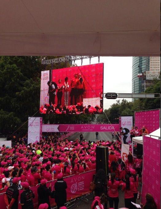 Cientos de participantes caminando contra el cáncer de mama!