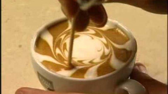 Latte Sanatı - Bardakta yapılan basit ve etkileyici latte - kahve sanatı