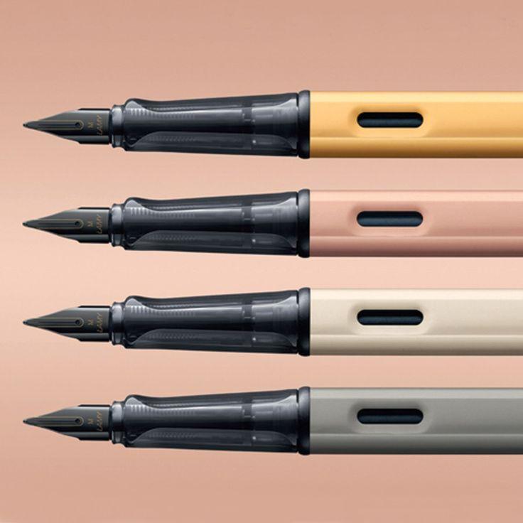 Stylo gravé Lamy Lx Pour chaque stylo Lamy, un module de personnalisation vous permettra de visualiser votre gravure. Celle-ci sera réalisée dans nos locaux par un expert graveur, sur une machine laser de dernière génération. Tous nos stylos Lamy bénéficient d'une garantie internationale de 2 ans et sont livrés dans leur écrin d'origine.