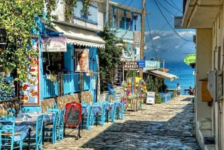 Le caratteristiche stradine del Villaggio Agios Nikitas, Lefkada