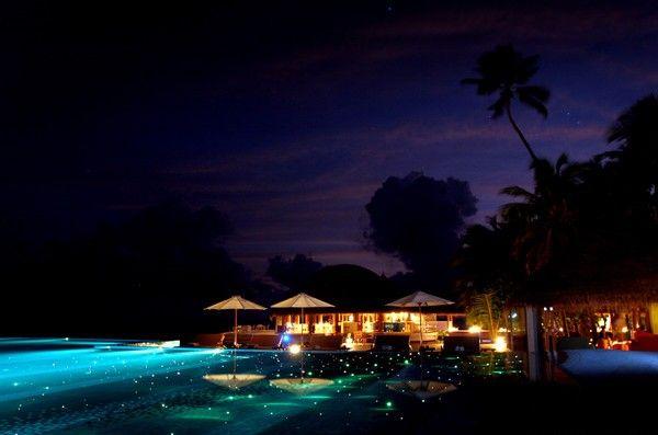 . Huvafen Fushi, Maldivas  A piscina, que mais parece uma pista de aeroporto, foi iluminada com mais de mil luzes de fibra óptica.