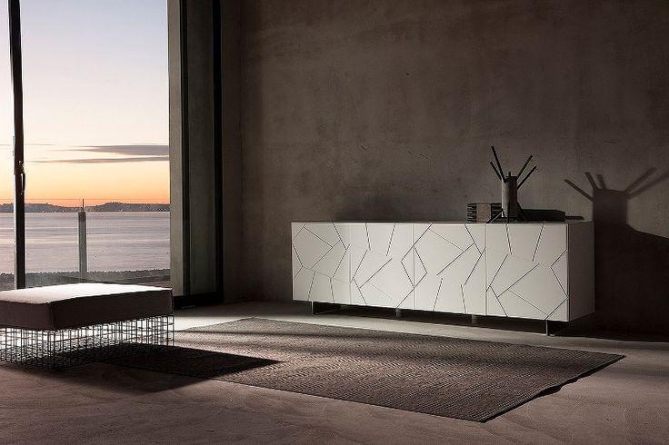 Credenza SEGNO by RIFLESSI laccata lucida bianca  Mobile contenitore con superficie a vista incisa e raccordata. Ante, top e fianchi con taglio a 45 gradi. Apertura push-pull.