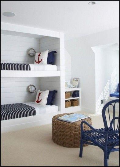 Cameretta stilosa - Camera da letto stile marina con letto a castello, nelle tonalità del blu e del bianco, con qualche accenno di rosso.