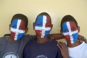 Dominikanische Republik: Feiermonat Februar    In der Dominikanischen Republik steht der Februar ganz im Zeichen von Paraden und Kostümierungen. Zu feiern gibt es neben Karneval den Unabhängigkeitstag am 27. Februar. Los geht es schon am 26. Januar mit dem Geburtstag des Nationalhelden Juan Pablo Duarte, der als einer der drei Gründerväter der Republik gilt. Die farbenprächtigsten Paraden und Kostüme sieht man dabei im Norden des Landes, in der Stadt La Vega.