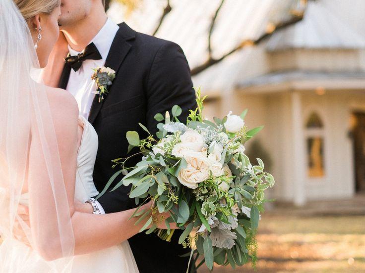 Absolutely dreamy! 😘   By: Metzgar Photography   Bouquet: @petalpushers   Little White Chapel   Grace Chapel   Hill Country Wedding Venue  