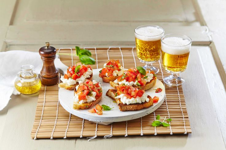 Bruschetta serveres gjerne som antipasti, forrett eller også som en smårett. Her har vi laget bruschetta med cottage cheese.