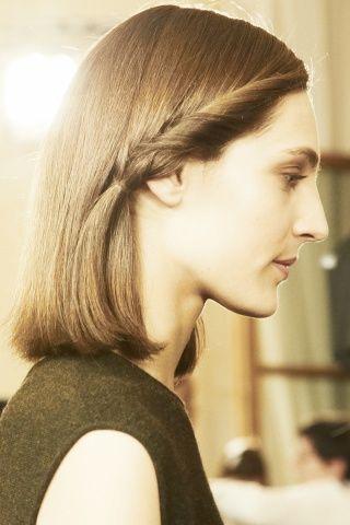 Alla sfilata di Hèrmes i capelli all'insegna  dell'eleganza assoluta: portati lisci con riga laterale e mini torchon su un lato. Très chic! http://www.kalisia.it/blog/products-brands/topics/reviews/paris-fashion-week-atto-finale/