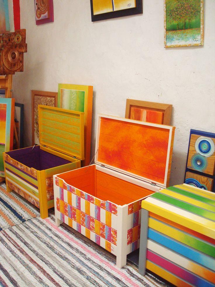 Baúles de madera pintados a mano. http://calpearts.blogspot.com.es/p/muebles-pintados.html