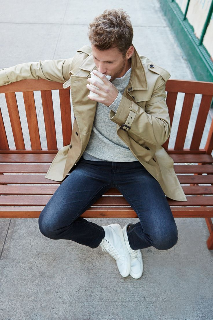 Trench beige porté avec un sweat gris, un jeans et des baskets blanches #style #menstyle #menswear #coat #trench #chic #mode #look
