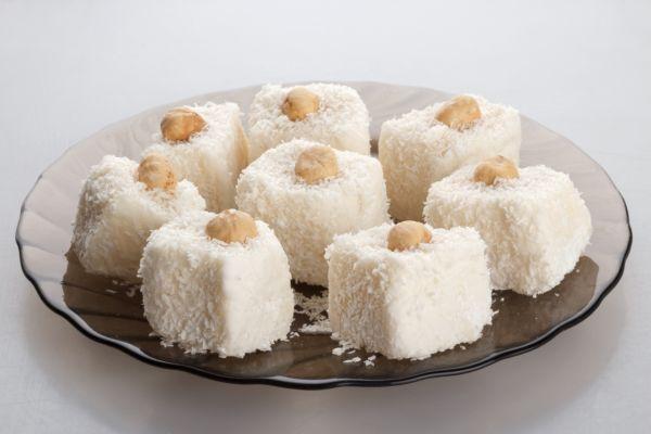 Luxusné kokosové ježe v bielej poleve - Recept pre každého kuchára, množstvo receptov pre pečenie a varenie. Recepty pre chutný život. Slovenské jedlá a medzinárodná kuchyňa