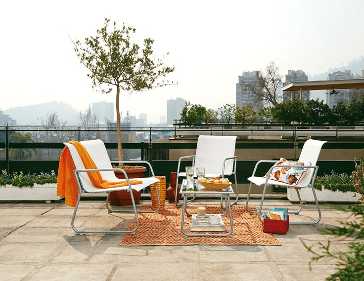¿Cómo convertir un living blanco en un espacio lleno de color? ¡Mira que sencillo es poner accesorios puntuales en naranjo y rojo como colchas, alfombras y cojines para darle un toque fresco y veraniego ¡Combinación perfecta!  #Primavera #Deco #Terraza #EasyTienda #TiendaEasy #Living #Balcón #primaveraverano #cambiavivemejor