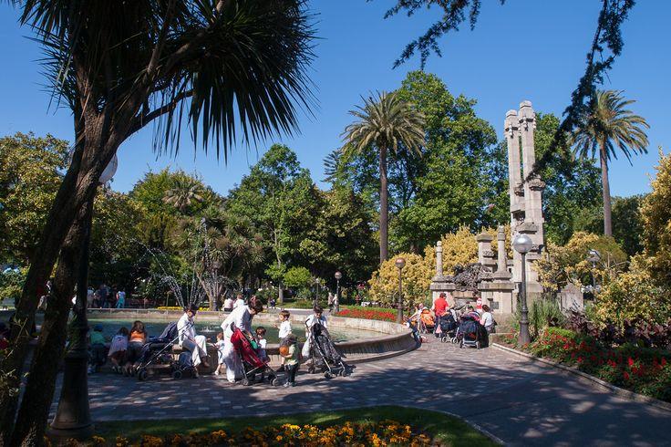 Pasear por los Jardínes de Méndez Núñez, detenerte en su fuente, en sus plantas, en sus flores, en sus esculturas... y como no, aprovechar estos días para visitar las ferias del Libro Antiguo y `Made in Galicia´.  #Fiestas #MaríaPita17  #ACoruña #VisitaCoruña