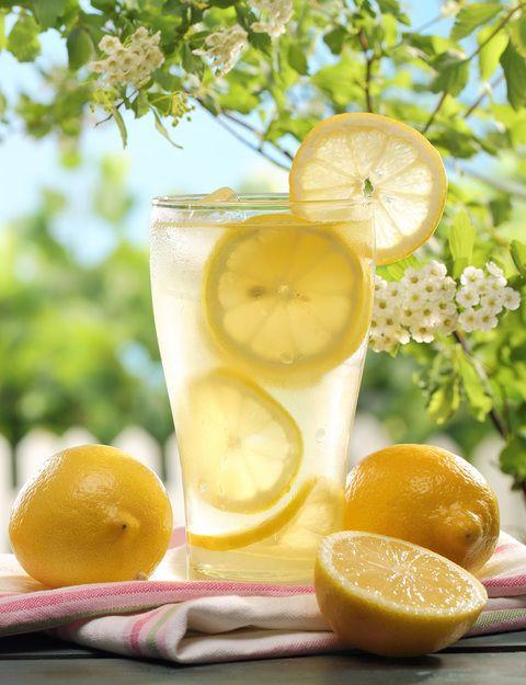 A veces nos olvidamos del valor de las cosas sencillas. Un litro de agua, un limón, estevia, menta y cubitos de hielo, son los ingredientes para elaborar una limonada casera más light y nutritiva que cualquiera de los refrescos que encontramos en las estanterías de los supermercados. El limón te aportará vitamina C, potasio, fructosa, glucosa, y algunos fitonutrientes. Preparación. Hervir 1litro de agua. Añadir hojas de estevia al gusto, unas hojas de menta y la ralladura de la parte más…