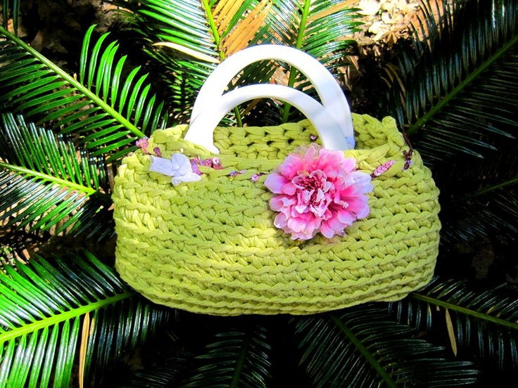La tonalità del verde di questa borsa, unita al romanticismo per una borsa pratica ovunque! The green shades of this bag, combined with the romance for a stylish and practical bag ever!