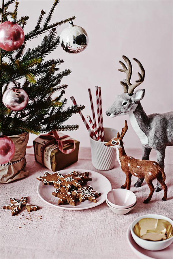 Obsessed with those reindeer.  I dream of one day having a thorough animal winter tablescape...