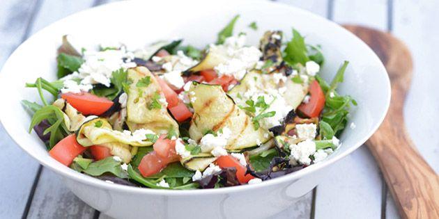 Super lækker salat med grillet squash, tomater og feta - en kombination, der virkelig tager kegler.