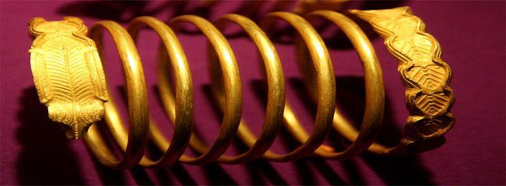 Ciri khas model gelang peninggalan bangsa romawi, berbentuk bulat seperti ular
