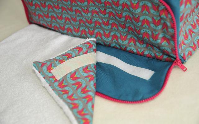 Ce patron .pdf de 15 pages te servira à réaliser un sac à langer avec tapis à langer intégré comme celui-là : Le patron inclut aussi des poches élastiquées et une grand poche zippée à l'intér…