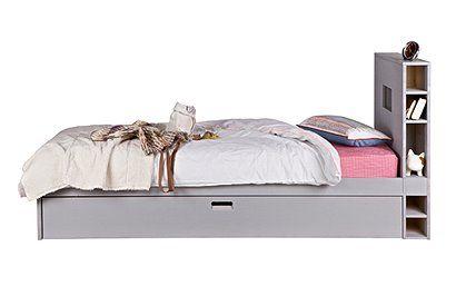 Super Bett mit Gästebettschublade, hohem Kopfteil und integrierten Regalen. Lieferung zerlegt aus grau lackiertem Kiefernholz.