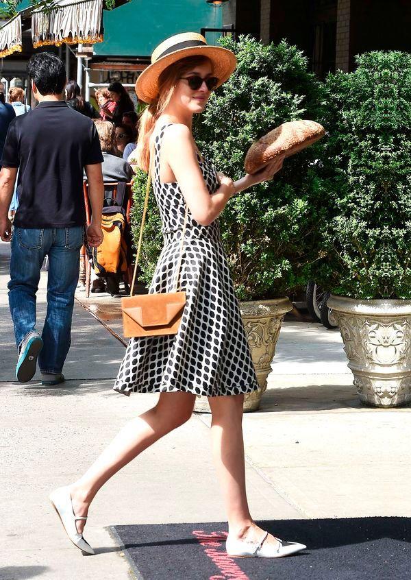 dakota johnson street style com vestido de poa