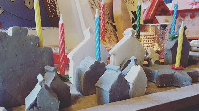 Feestje voor jezelf met minikaarsjes in klei ♡ ☆ by atelier nosissy ♡ ☆ #creativiteitkentgeentijd #cosey  #kaarsje #feestjevieren #sundayfunday #kerstdagen #kado #christmasgift #candleholder #weihnachten #kerze #kerst #kerstdecoratie #wohnaccessoires #woonaccessoires #decoratie #decoration #cosey #farmhousestyle #landhausstil #dekoliebe