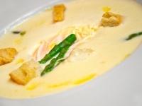 Chřestový krém s krutónky a pošírovaným vajíčkem